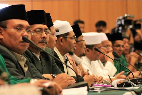 KH. Aceng Karimullah, dua dari kiri, saaat mengikuti sidang Itsbat menentukan 1 Ramadhan 1434 H di kantor Kementerian Agama, Jl MH Thamrin Jakarta, Senin, 8/7/2013. Dok. DPP LDII.