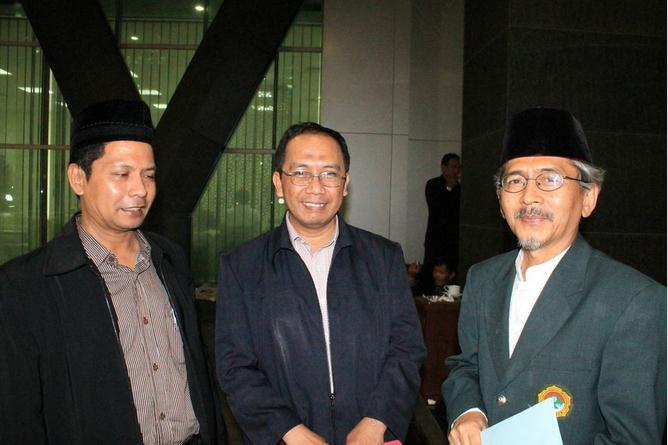 Utusan DPP LDII bersama pakar Astronomi Kemenag Prof. Dr. Thomas Jamaluddin usai sidang Itsbat, Senin, 8/7/2013. Dok. DPP LDII.