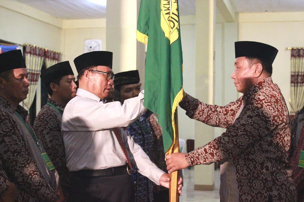 penyerahan panji bendera ldii dari unsur dpw kepada ketua terpiliha ldii lampung utara periode 2015 2020
